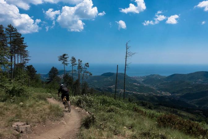 fietsen en wandelen in Ligurië met zeezicht