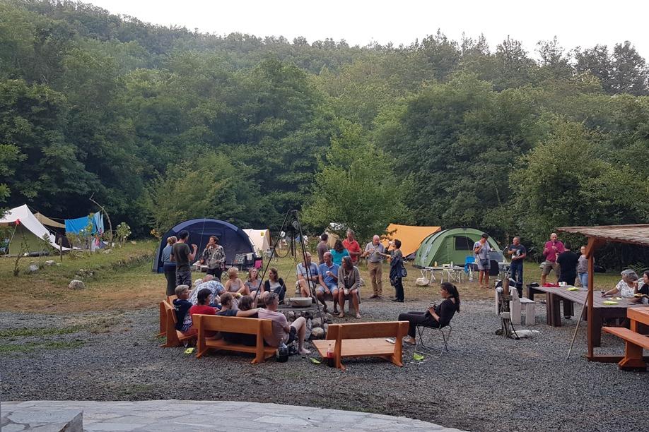 Camping RioRequesa met vuurplaats voor een BBQ