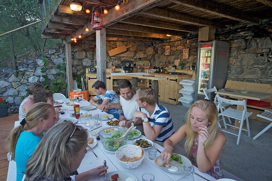 samen lekker eten in de buitenkeuken