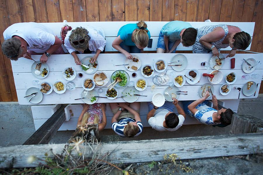 Eettafel bij de buitenkeuekn